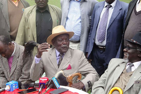 Former Myoot Council of Elders Chairman John Seii, joined by elders from other tribes, addresses a press conference on March 17, 2018. He wants William Ruto and Gideon Moi to reconcile. (courtesy)